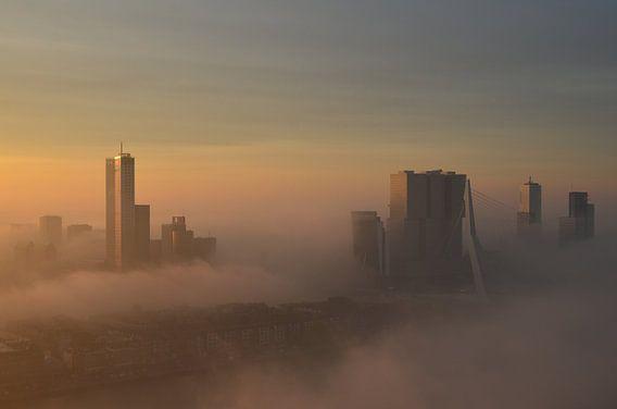 Rotterdam belicht door de vroege ochtend Zon van Marcel van Duinen