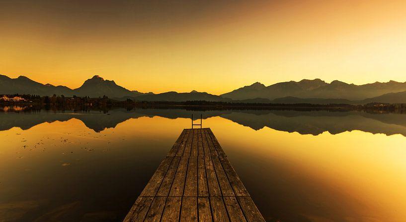 Débarcadère de bateau sur le lac au coucher du soleil sur Frank Herrmann