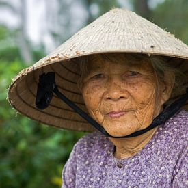 Oude dame met Conische hoed, Vietnam van Henk Meijer Photography