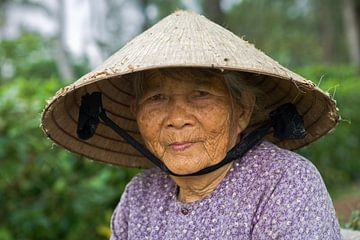 Alte Dame mit konischem Hut, Vietnam