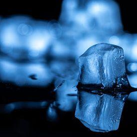 Spiegelend Blauw ijs van Gerry van Roosmalen