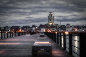 De Deventer skyline vanaf de pier met de Lebuïnuskerk in zwart-wit van Jaimy Leemburg