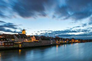 Regensburg, oud stadhuis en Donau bij blauw uur van Robert Ruidl