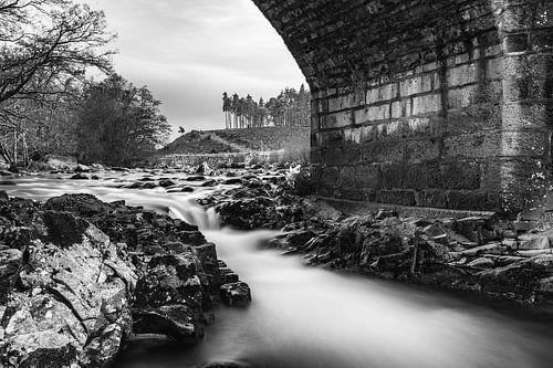 Schotland, waterval onder stenen brug Z/W