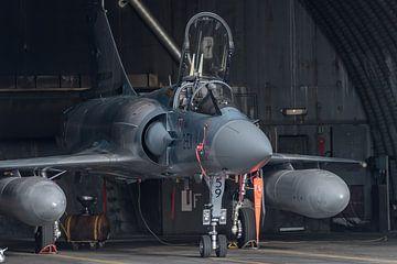 Mirage 2000 van de Franse Luchtmacht geparkeerd in de shelter op vliegbasis Luxeuil. van Jaap van den Berg