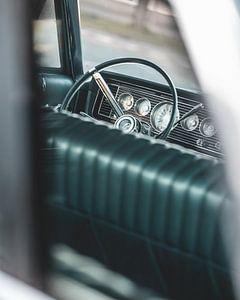Blick auf das Lenkrad eines alten amerikanischen Autos