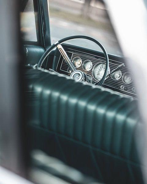 Blick auf das Lenkrad eines alten amerikanischen Autos von Pim Haring