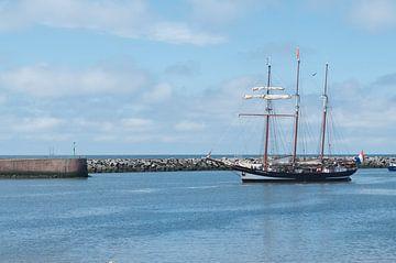 Zeilboot komt aan in de haven van Leo Leliveld