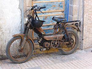 Stillleben von Moped gegen Tür, Marokko von Anita Tromp