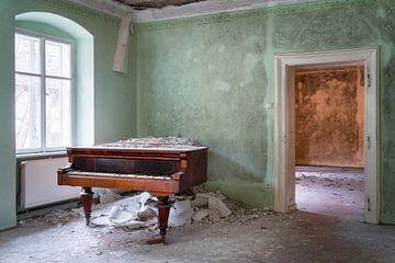 Verlassenes Klavier in der Ecke. von Roman Robroek