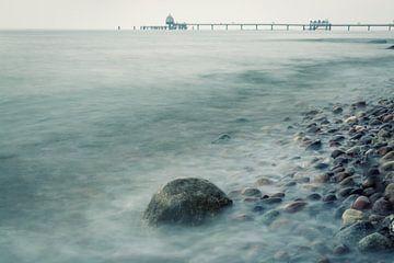 Stenen in de zee van de Oostzee bij Rügen van