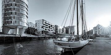 Segelschiff ELBE und die Elbphilharmonie in Hamburg / Schwarzweiss von Werner Dieterich