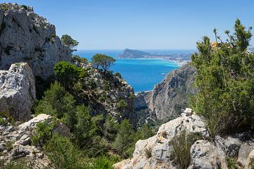 Kalksteinfelsen und Blick auf das Mittelmeer