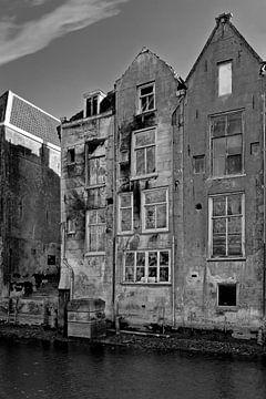Verfallene Kanalhäuser Dordrecht schwarz / weiß von Anton de Zeeuw