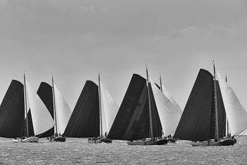 Klassische Skutsje Segelschiffe in schwarz-weiß von Sjoerd van der Wal