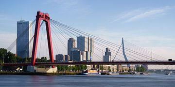 Willemsbrug en Erasmusbrug met spiegelglad water von Mark De Rooij