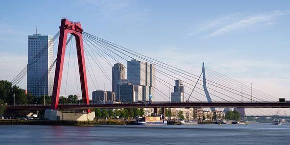 Willemsbrug en Erasmusbrug met spiegelglad water van Mark De Rooij