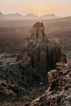 Prachtige zonsondergang in  berg landschap in Nationaal park El Teide in Tenerife van Yvette Baur