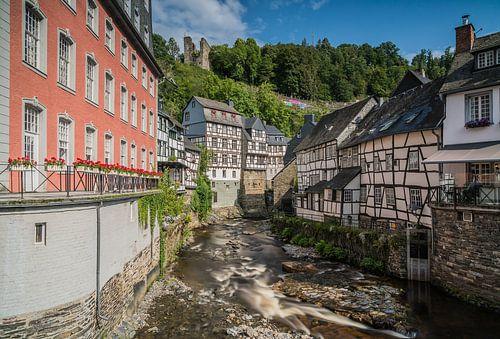 De Roer stroomt rustig langs de vakwerkhuizen van Monschau