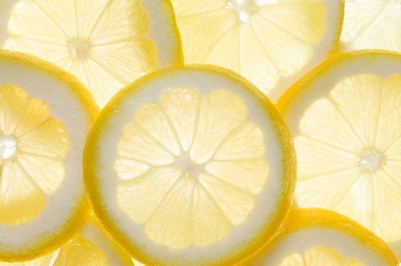 Enkele schijfjes citroen, van achteren belicht  van Beeldig Beeld