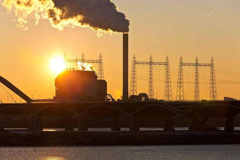 Zonsondergang bij de Electrabel centrale 1 te Nijmegen van Anton de Zeeuw