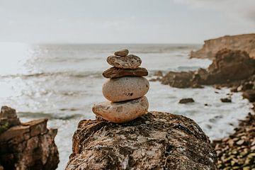 Gestapelte Steine am Strand in Portugal | Naturfotografie | Steine am Meer von FotoMariek