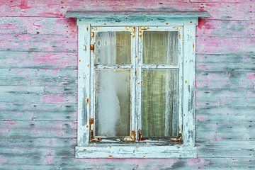 Beschadigde verf op een oude houten schuur met een raam in het midden van Sjoerd van der Wal