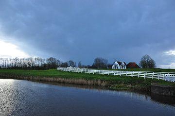 Dramatische buienlucht / Dramatic showersky van Henk de Boer