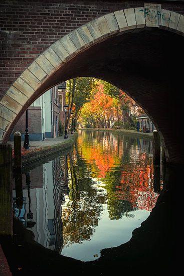 Vollersbrug over de Oudegracht in Utrecht in de herfst  van De Utrechtse Grachten