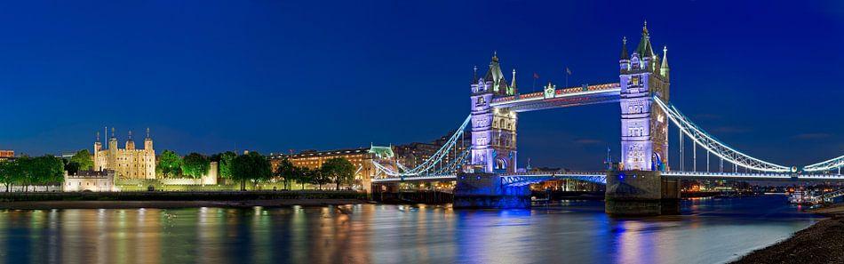 Panorama Tower Bridge en Tower of London van Anton de Zeeuw