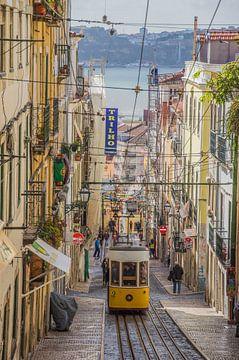 Gelbe Straßenbahn in Lissabon von Bianca Kramer