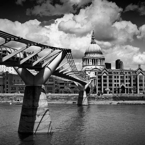 LONDON Millennium Bridge und St Paul's Cathedral | Monochrom