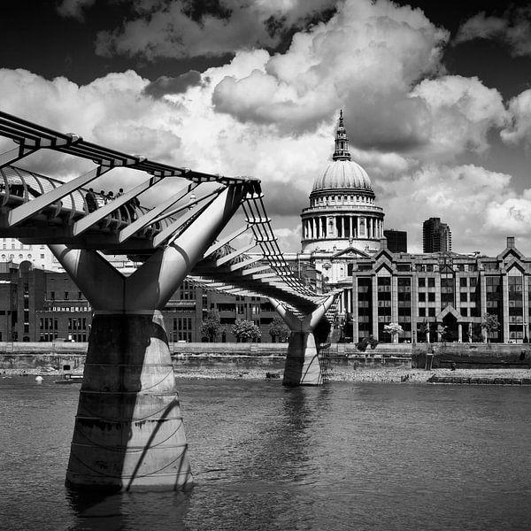 LONDEN Millennium Bridge en St. Paul's Cathedral | monochroom van Melanie Viola