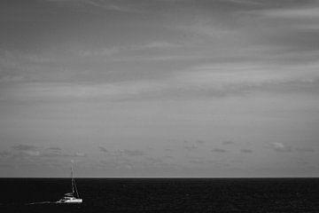 Einsames Boot auf dem Mittelmeer von Wilco de Haan