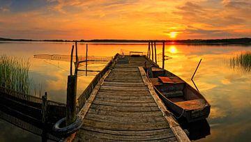 Boot am Steg im Sonnenuntergang von Frank Herrmann
