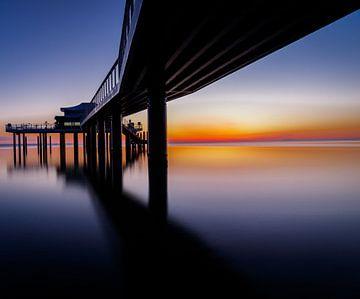 Bij de pier naar de rijzende zon