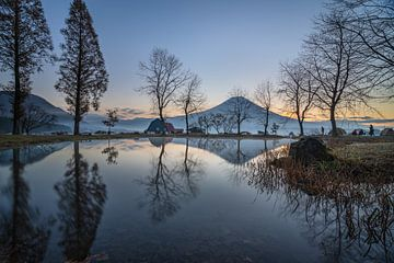 Der Fuji-Vulkan an einem kalten Morgen im November, aufgenommen vom Fuji-Lager Fumotopara, Japan. von Anges van der Logt