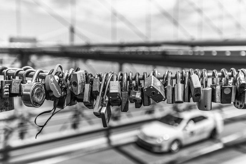 Liefdesslotjes aan de Brooklyn Bridge van Bert Nijholt