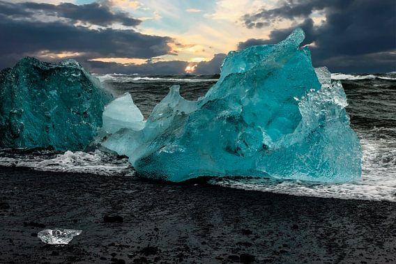 Blaues Eis an einem Strand Islands