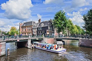 Amsterdamse grachtengordel, met het oog op bruggen en een rondvaartboot van Tony Vingerhoets