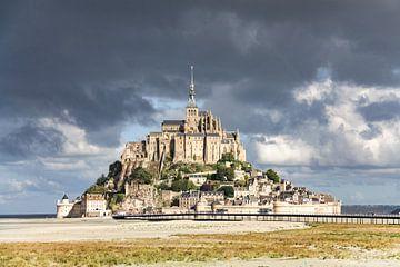 Mont Saint-Michel mit dunklen Wolken von Martijn Joosse