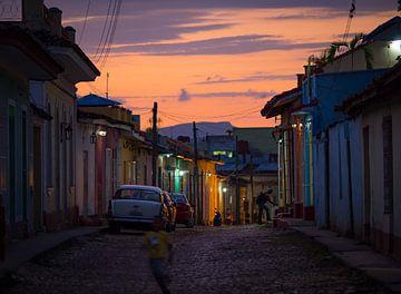 Zonsondergang in de kleurrijk straatje in  Trinidad, Cuba van Teun Janssen