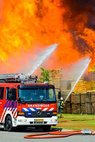 Brandweerauto voor een vlammenzee
