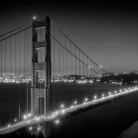 Evening Cityscape of Golden Gate Bridge | Monochrome van Melanie Viola
