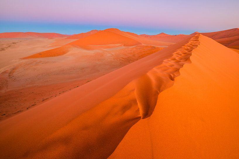 Zonsondergang boven rode zandduin Dune 45 - Sossusvlei, Namibië van Martijn Smeets
