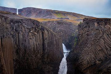 Gestructureerde basaltrotsen met watervallen in IJsland