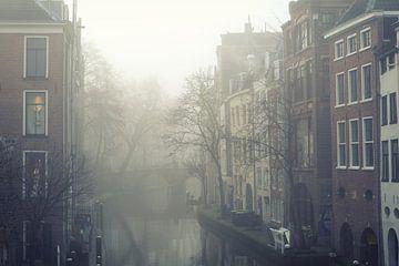 Mist boven de Oudegracht in Utrecht (2) von De Utrechtse Grachten