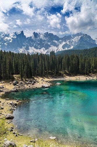 KARERSEE LAKE and mountain range van Melanie Viola