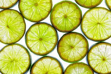 Collage aus Limettenscheiben mit weißem Hintergrund. von Carola Schellekens