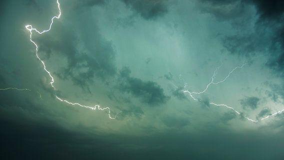 Abstracte foto van een bliksemschicht van Cynthia Hasenbos